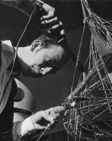 Constant Nieuwnhuys working on construction ovoïde, 1957